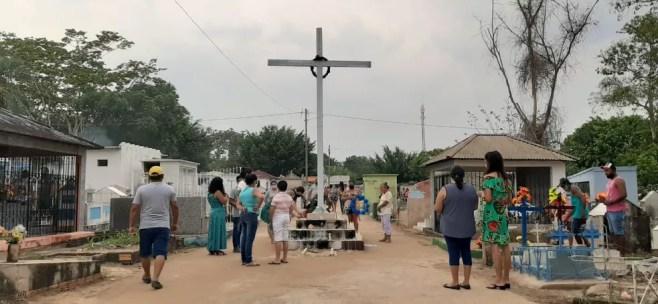 Cemitério Santa Cruz em Guajará-Mirim no Dia de Finados.  — Foto: Lena Mendonça/Guajará-Mirim