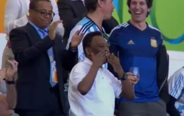 Pelé manda beijos para a torcida (Foto: Reprodução SporTV)