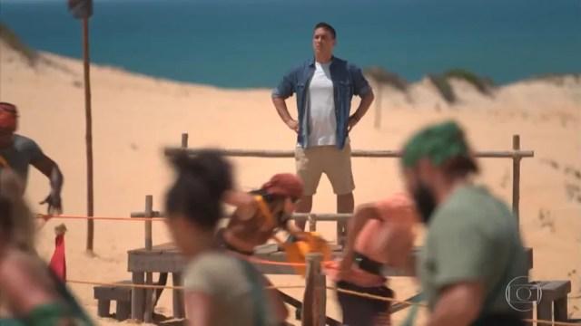 Andre Marques diante das tribos Carcará e Calango em uma das provas do 'No Limite' — Foto: Reprodução/Globo