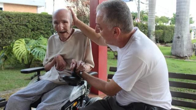 Juan se emociona durante entrevista de Michel ao G1 (Foto: Kauanne Piedra/G1)