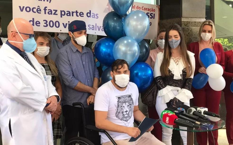 Cauan sai de hospital ao lado dos irmãos e da namorada, após se recuperar da Covi-19 — Foto: Vitor Santana/G1