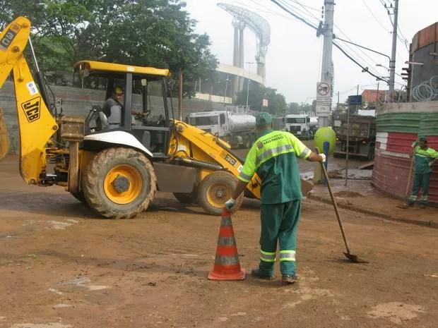 Avenida Jules Rimet, ao lado do estádio do Morumbi, ficou cheia de lama após enchente (Foto: Tatiana Santiago/ G1)