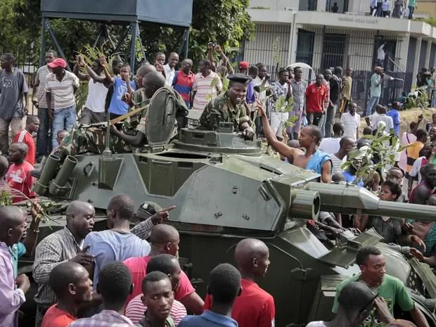 Em meio a soldados, manifestantes chegaram a comemorar nas ruas o suposto golpe de Estado no Burundi, na quarta-feira (13) (Foto: AP Photo/Berthier Mugiraneza)