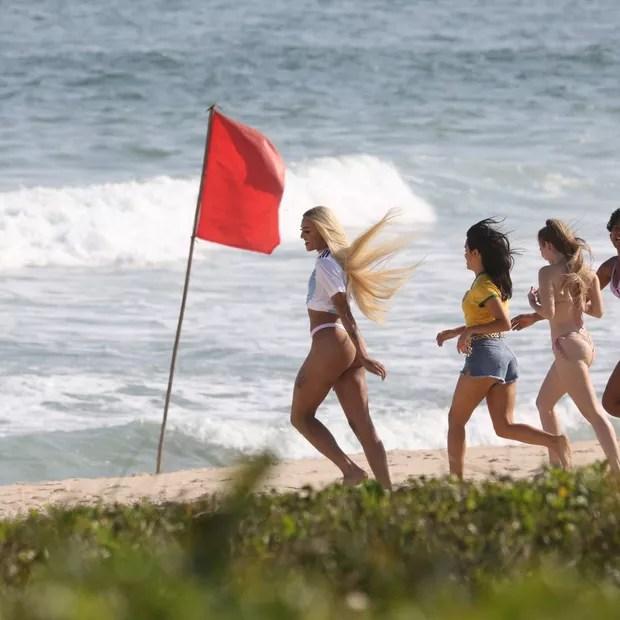 Pabllo Vittar: gravação na praia (Foto: AgNews)