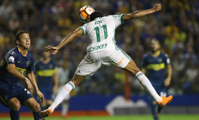 Keno cabeceia para abrir o placar para o Palmeiras na Bomboneira (Foto: Cesar Greco / Ag. Palmeiras)