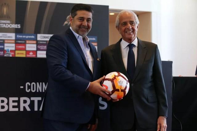 Presidente do Boca, Daniel Angelici (à esquerda), ao lado do presidente do River Plate, Rodolfo D'Onofrio — Foto: Agustin Marcarian/Getty Images