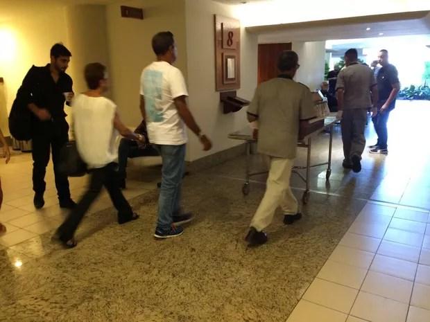 Pai da Xuaxa chega ao velório (Foto: Lucinei Acosta / EGO)