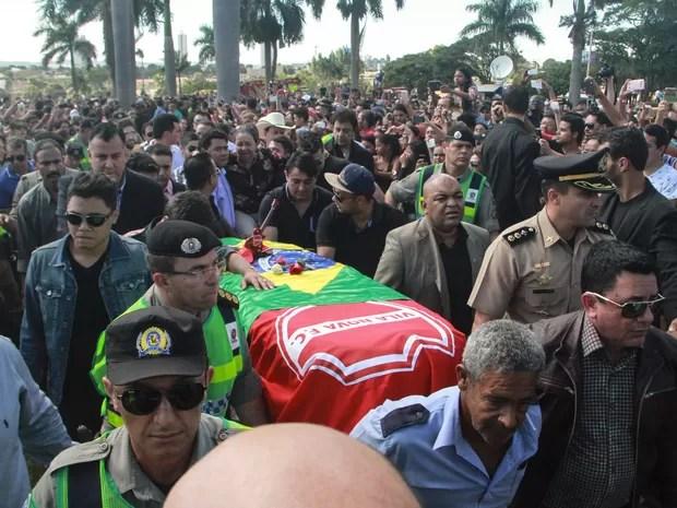 Multidão acompanha o enterro do cantor Cristiano Araújo no cemitério Jardim das Palmeiras, em Goiânia (Foto: André Costa/Estadão Conteúdo)