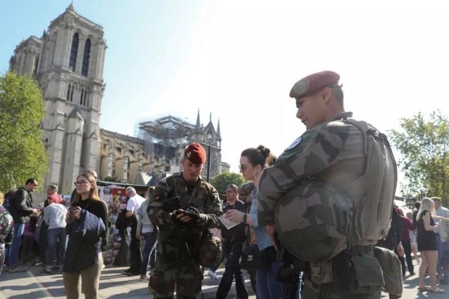 Soldados são vistos do lado de fora da Catedral de Notre-Dame em Paris neste sábado — Foto: Yves Herman/Reuters