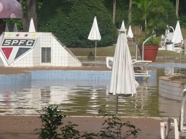 Lama invade piscinas do São Paulo Futebol Clube após temporal que atingiu cidade nesta quinta-feira (Foto: Tatiana Santiago/ G1)