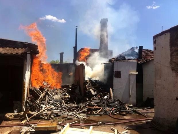 Incêndio atinge padaria no Bairro Santa Maria em Uberaba (Foto: Vanessa Peixoto/ G1)