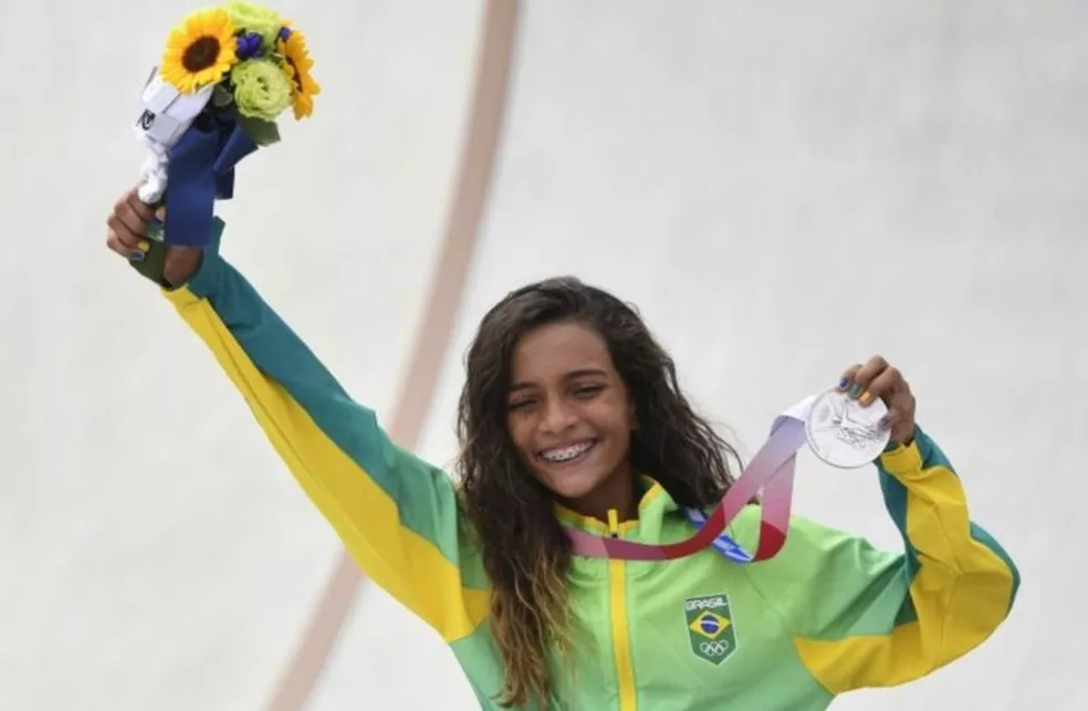Com 13 anos e 203 dias de idade, Rayssa Leal ganhou a medalha de prata no skate street, na Olimpíada de Tóquio, em 26 de julho de 2021 — Foto: Reuters
