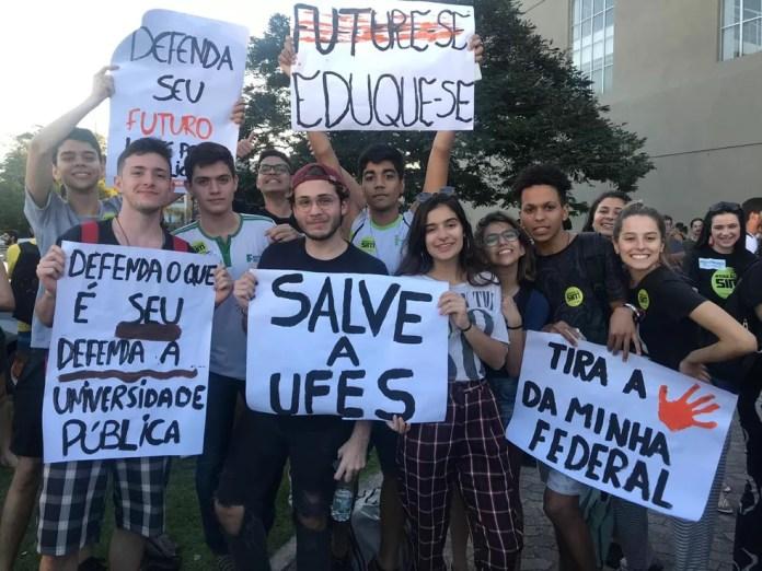 Estudantes na concentração de protesto na Ufes — Foto: Naiara Arpini/G1