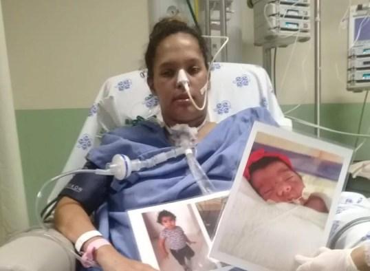 Ela posou com fotos dos filhos nas mãos no dia que despertou do coma  — Foto: WhatsApp/Reprodução