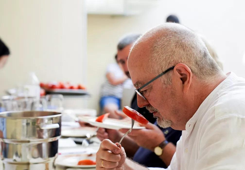 Júri avalia um tomate na competição tomate mais feio em Tudela, na Espanha. — Foto: REUTERS/Vincent West