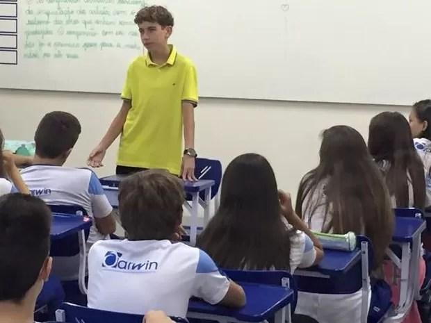 Victor está realizando palestra para estudantes (Foto: Arquivo Pessoal/Família)