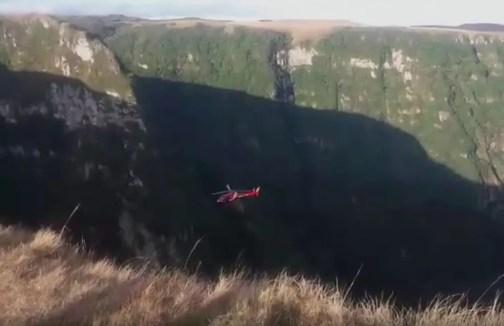 Helicóptero precisou descer bastante para resgatar a jovem (Foto: Francisco Pereira/Arquivo Pessoal)