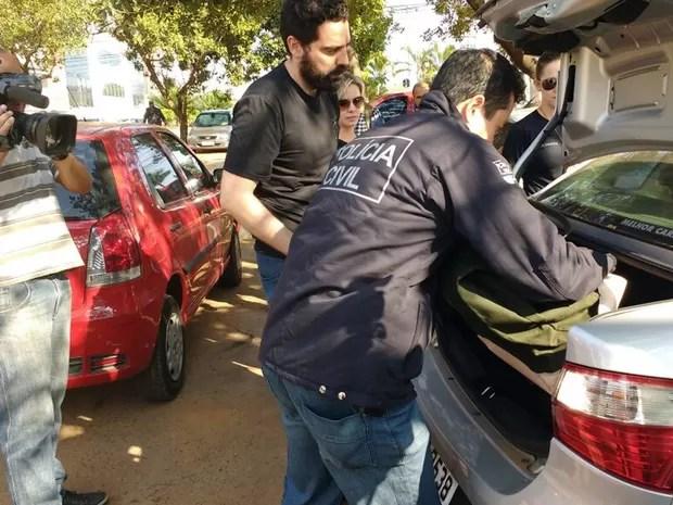 Policiais deixam a Câmara Legislativa do Distrito Federal com documentos e computadores apreendidos na manhã desta terça-feira (23)  (Foto: Alexandre Bastos/G1)