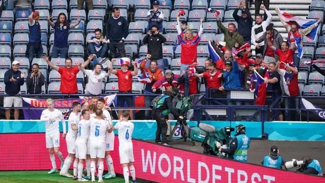 Jogadores da República Tcheca comemoram a vitória sobre a Escócia na Eurocopa