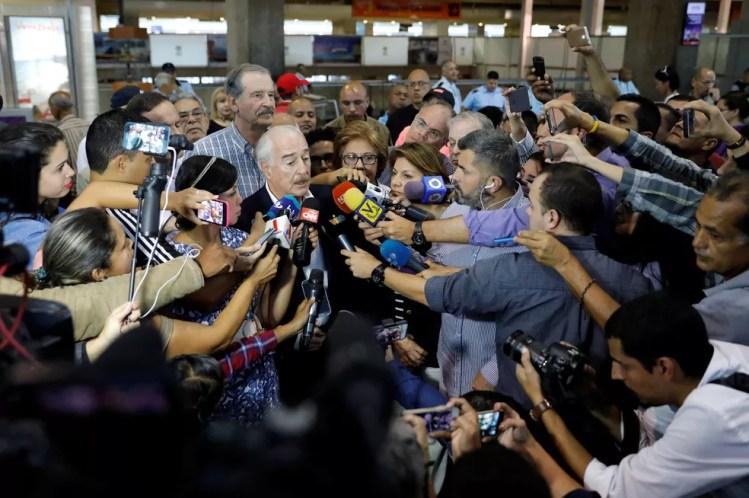 O ex-presidente da Colômbia, Andres Pastrana, falando com os jornalistas no aeroporto de Caracas (Foto: Reuters)