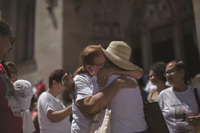 Familiares de pessoas desaparecidas se abraçam em reunião promovida pelo Comitê Internacional da Cruz Vermelha (CICV) na Praça da Sé, em São Paulo. — Foto: Victor Moriyama/CICV