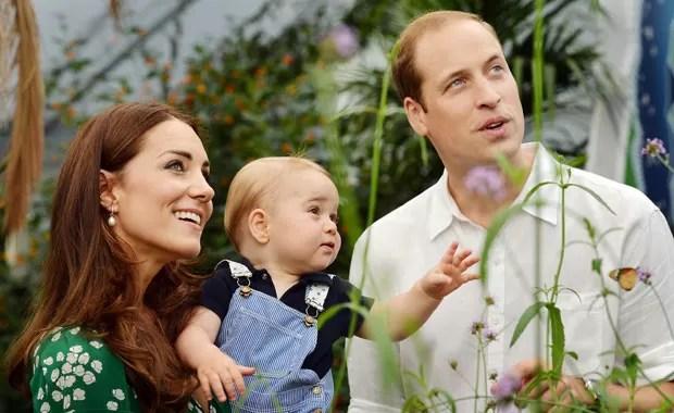 George e os pais, durante passeio no Museu de História Natural de Londres, em imagem tirada no dia 2 de julho (Foto: AP)