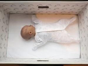 Bebês de todas as classes sociais dormem em caixas de papelão na Finalândia (Foto: Milla Kontkanen)