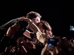 Bruce Springsteen beija fã durante seu show no Espaço das Amérias, em São Paulo, nesta quarta-feira (18) (Foto: Caio Kenji/G1)