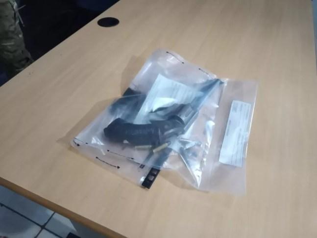 Arma usada pelos sequestradores foi apreendida — Foto: Osvaldo Nóbrega/Divulgação