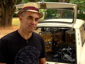 Fê Lemos, do Capital Inicial, compara a tecnologia de som dos carros antigos com os atuais (Foto: TV Globo)