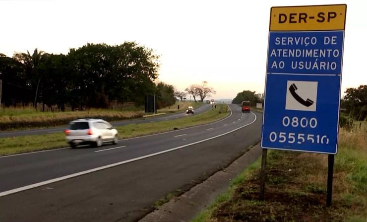 Placa indica telefone 0800 para serviços do DER que estão suspensos por atraso em licitação (Foto: Reprodução / TV TEM)