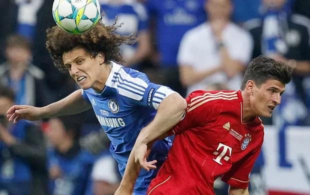 David Luiz e Mario Gomez na final da Liga dos Campeões entre Bayern e Chelsea (Foto: AP)