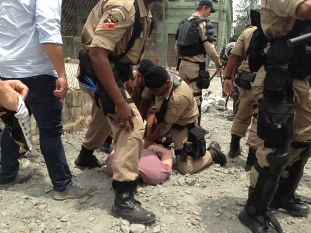 Eduardo Tizi foi imobilizado por agentes da Guarda Municipal após agredir secretário (Foto: Guilherme Brito / G1)