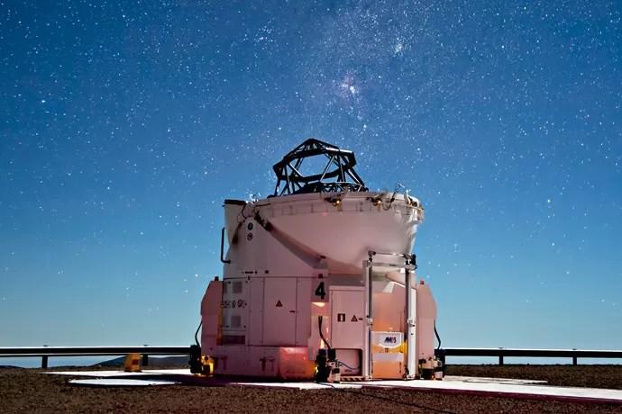 Mas o que se vê da superfície é só a ponta do iceberg deste telescópio, que possui uma série de túneis subterrâneos. (Foto: ESO/ G. Lombardi, José Francisco Salgado, J.L. Dauvergne & G. Hüdepohl (atacamaphoto.com))
