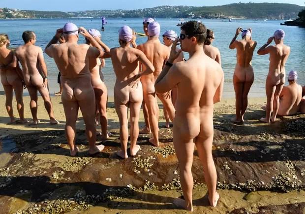 Banhistas tiram a roupa na Austrália (Foto: William West/AFP)