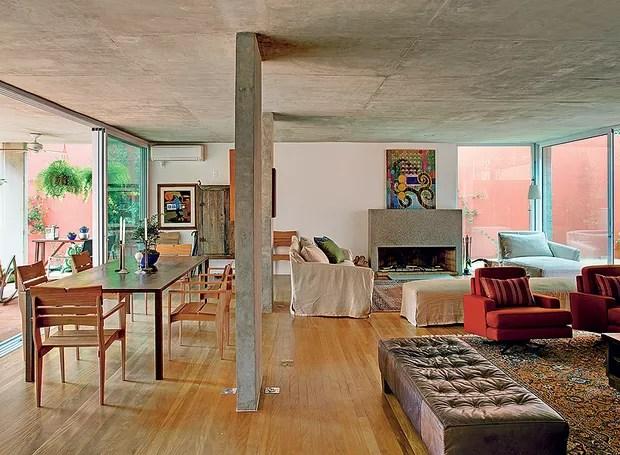 A sala incorporou a garagem na reforma do arquiteto André Vainer. Hoje o living é amplo e integrado por portas de vidro deslizantes com a varanda (Foto: Edu Castello/Casa e Jardim)