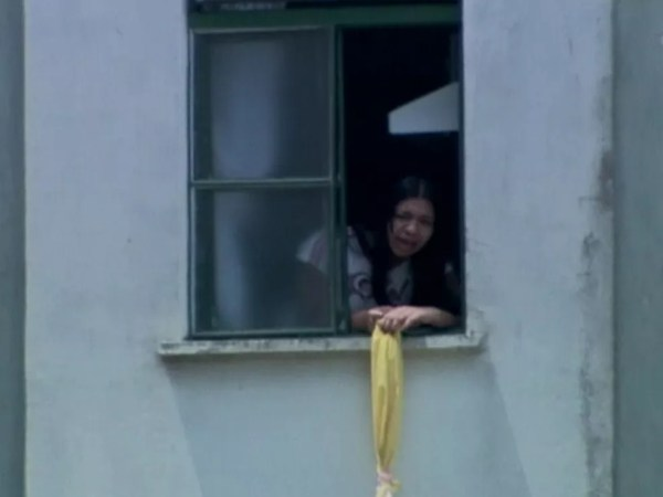 Eloá aparece na janela durante sequestro no qual terminou com sua morte em 2008 — Foto: Reprodução/Globonews