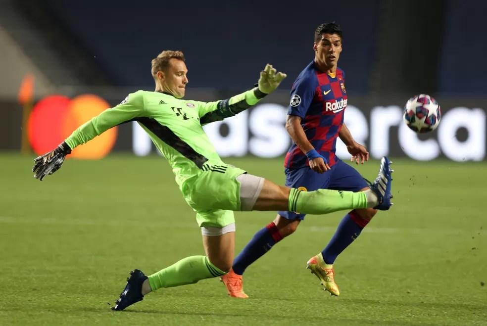 Manuel Neuer se antecipa a Luis Suárez na goleada do Bayern de Munique sobre o Barcelona — Foto: REUTERS/Rafael Marchante/Pool