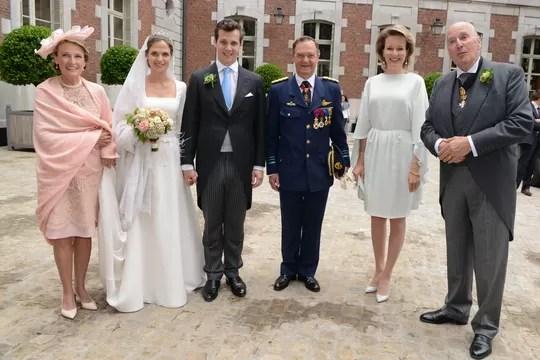 Os noivos com os pais de Alix, a princesa brasileira Eleonora de Ligne (nascida Orléans e Bragança), o príncipe Michel de Ligne e, prestígio máximo, a rainha dos Belgas, Mathilde (Foto: Divulgação)