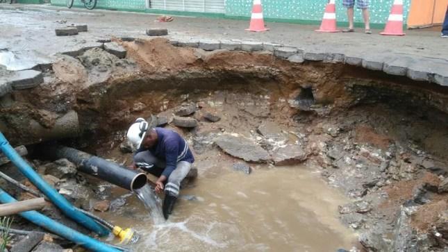 Rompimento de adutora abriu cratera gigante em rua de Itajaí (Foto: Semasa/Divulgação)