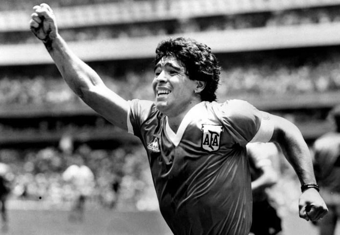 Diego Maradona comemora após marcar seu gol da vitória contra a Inglaterra na semifinal da Copa do Mundo do México, em 22 de junho de 1986 — Foto: Ted Blackbrow/Pool/Reuters/Arquivo