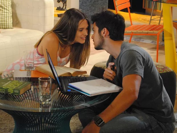 Fatinha não perde a oportunidade e tenta seduzir Bruno, que estava estudando (Foto: Malhação / Tv Globo)