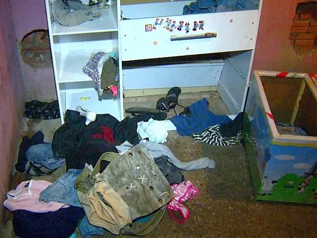 Casa onde menino de 1 ano morava tinha roupas jogadas no chão e bastante sujeira em Americana (Foto: Reprodução EPTV)