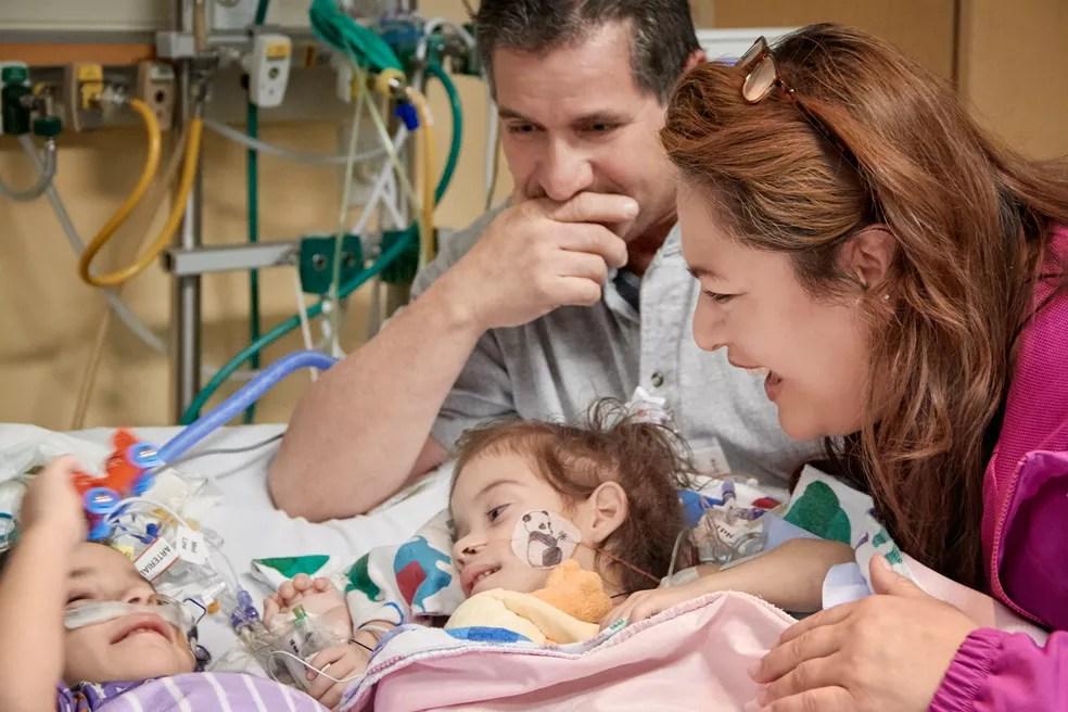 Foto tirada nesta segunda-feira (12) mostra encontro das gêmeas Eva e Erika, de dois anos: siamesas foram separadas em cirurgia no início do mês  (Foto: Lucile Packard Children's Hospital Stanford via AP)