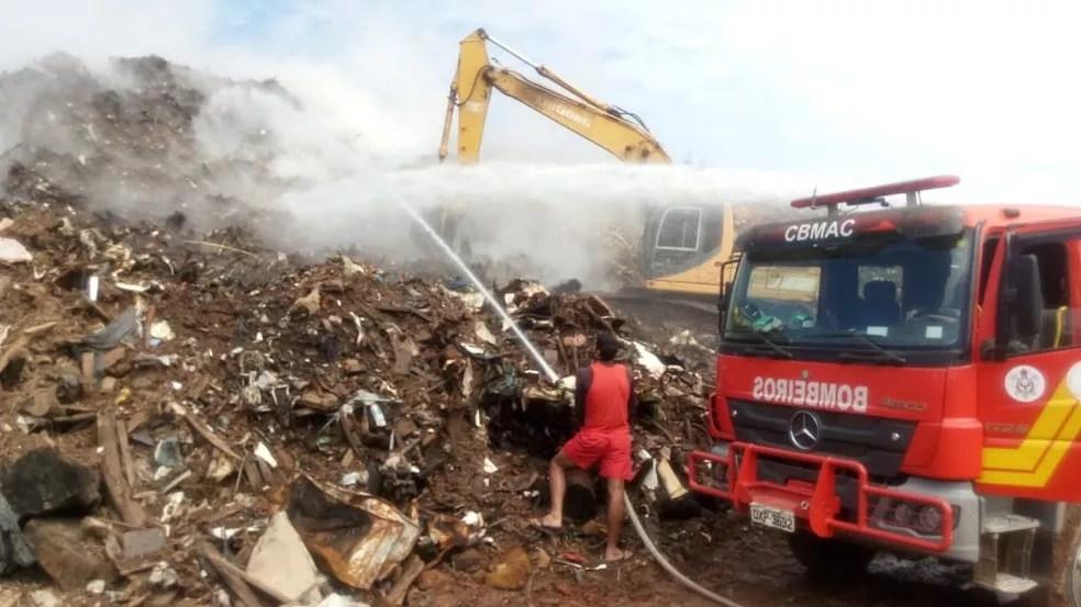 Lixão da Transacreana sofre com incêndios devido aos gases liberados pelos resíduos sólidos — Foto: Divulgação/Corpo de Bombeiros do Acre/Arquivo