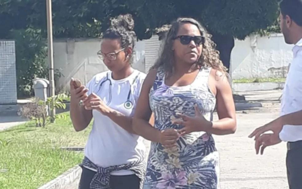 Cristiane Barbosa Macedo esteve no IML no início da tarde desta quarta (16) para fazer o reconhecimento do corpo da filha (Foto: Daiane dos Santos / G1)