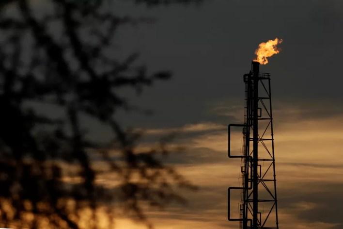 Vista da refinaria da companhia de petróleo Pemex em Cadereyta, no México — Foto: Reuters/Daniel Becerril