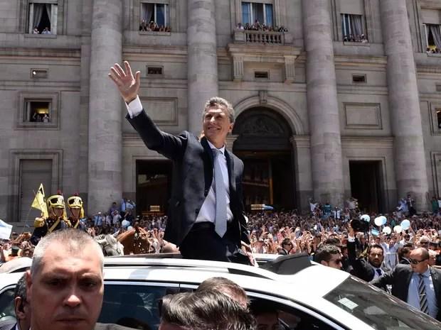Mauricio Macri desfila em carro ao chegar na Casa Rosada depois de ser empossado presidente nesta quinta-feira (10) (Foto: AP Photo/Maria Eugenia Cerutti)