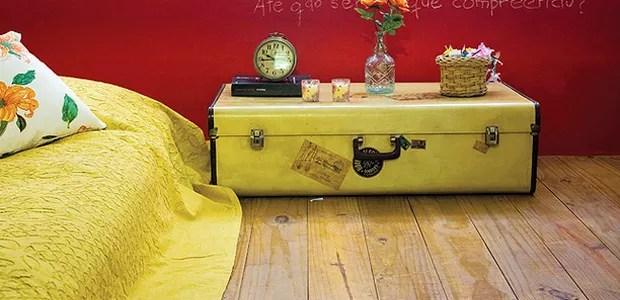 Criado-baú: como o colchão fica no chão, é possível utilizar um baú, que é uma peça rasteira, como criado-mudo (Foto: Casa e Jardim)