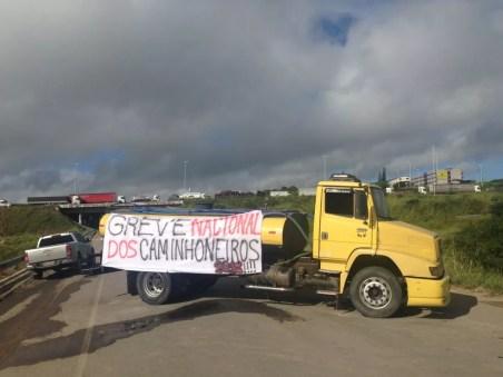 Caminhões bloqueiam trecho da BR-104, em Caruaru (Foto: Lafaete Vaz/G1)